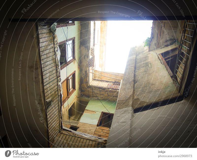 kubanischer Hinterhof Menschenleer Haus Hof Mauer Wand Fassade Fenster Geländer alt Armut authentisch kaputt trist Kuba Farbfoto Außenaufnahme Tag Licht