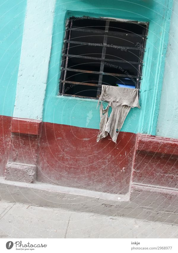 Kubanischer Wäschetrockner Menschenleer Mauer Wand Fassade Fenster Gitter T-Shirt Fetzen hängen Armut authentisch kaputt grau rot türkis trocknen