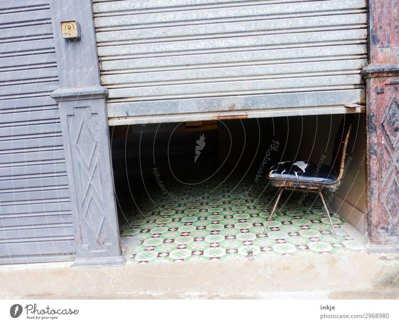 Kubanischer Friseur (Mittagszeit) alt dunkel Fassade authentisch Armut kaputt einfach Stuhl Tor Eingang Hälfte Lamellenjalousie verschlissen Eingangstor