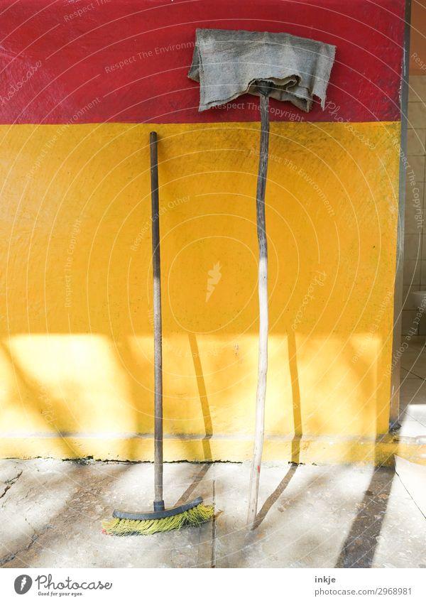 kubanische Putzfassade Menschenleer Mauer Wand Fassade Besen Staubwedel alt authentisch einfach gelb rot anlehnen Farbfoto mehrfarbig Außenaufnahme Nahaufnahme