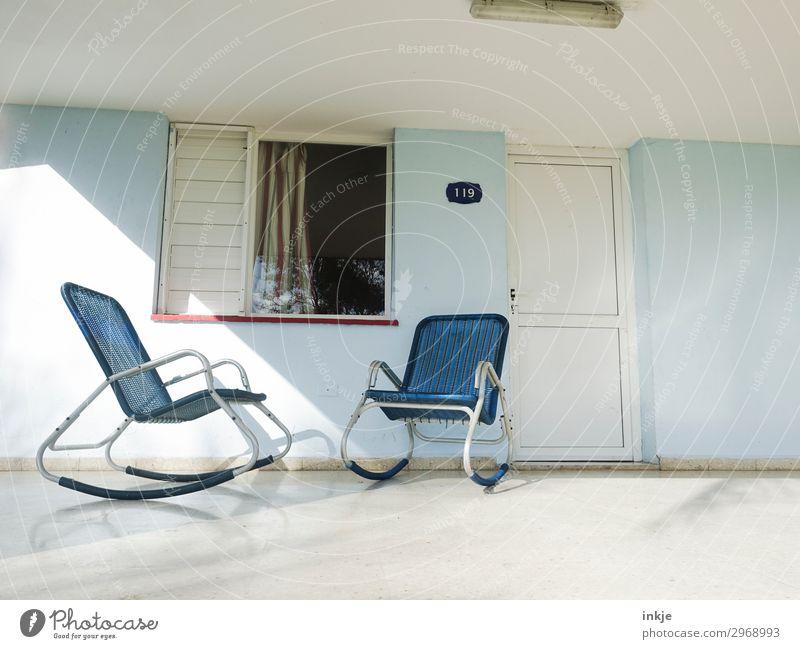 kubanische Schaukelstühle blau weiß Haus Fenster hell Tür authentisch einfach Pause Dach Stuhl Kuba Eingang Terrasse Schaukelstuhl