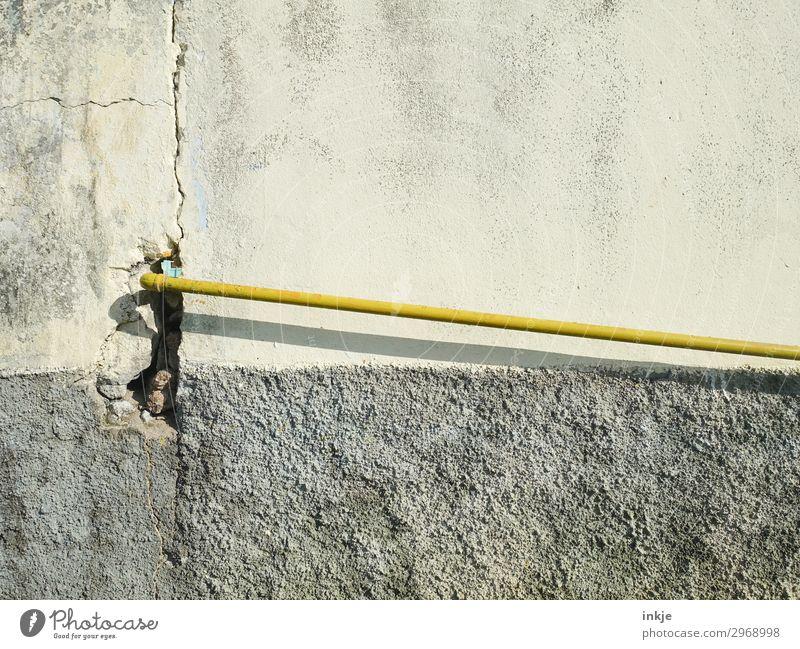 Wasser- Kabel Technik & Technologie Menschenleer Mauer Wand Fassade Röhren Wasserrohr Rohrleitung dünn lang gelb grau Farbfoto Außenaufnahme Nahaufnahme