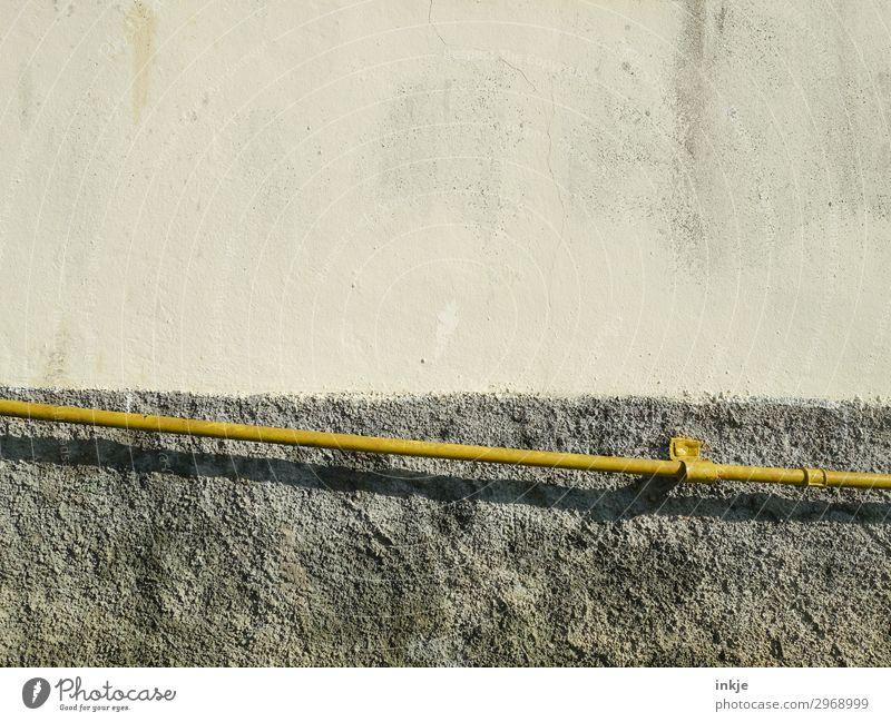 gelbes Rohr Menschenleer Mauer Wand Fassade Röhren Rohrleitung Linie Streifen dünn lang Neigung Farbfoto Gedeckte Farben Außenaufnahme Nahaufnahme