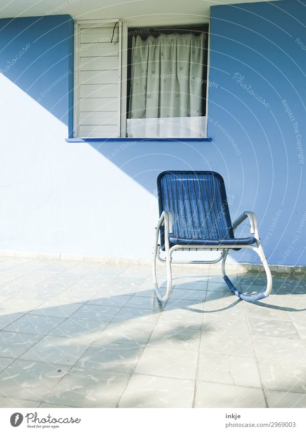 kubanische Terasse Menschenleer Haus Fassade Terrasse Fenster Schaukelstuhl Stuhl Gardine authentisch einfach blau weiß Pause Kuba Farbfoto Außenaufnahme