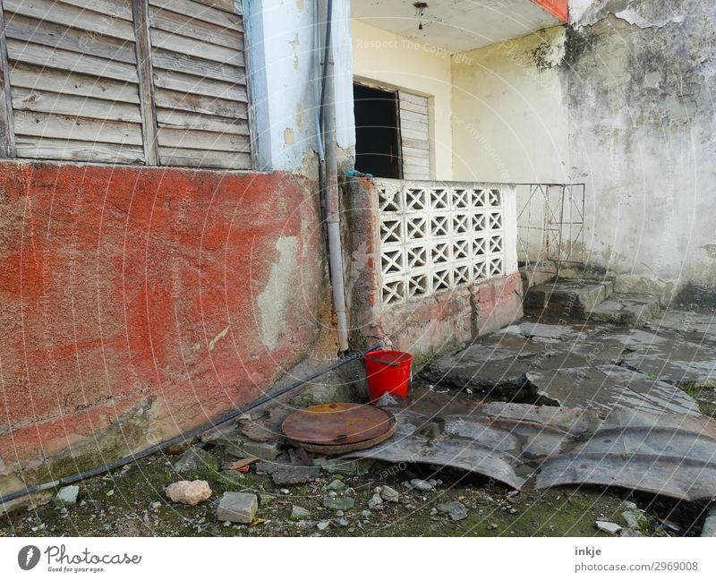 kubanischer Eingang Menschenleer Mauer Wand Fassade Terrasse Fenster Tür Eimer alt Armut authentisch dreckig einfach kaputt Kuba verfallen Farbfoto