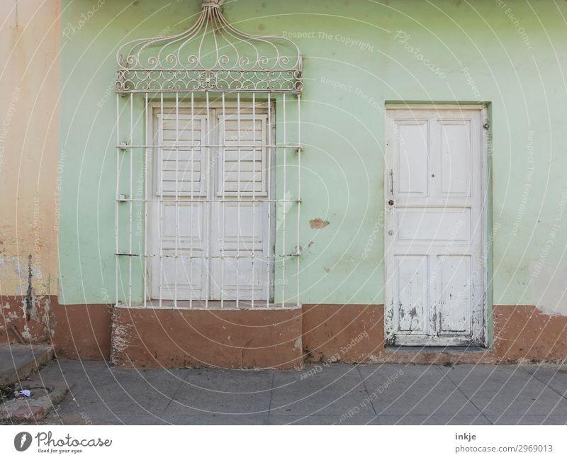 Kubanischer Ladenschluss Dorf Kleinstadt Menschenleer Haus Fassade Fenster Tür Gitter Ornament alt authentisch einfach braun weiß mint geschlossen Leerstand