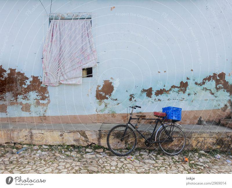 kubanische Fassade Dorf Menschenleer Haus Kopfsteinpflaster Fenster Fahrrad Kasten Korb alt Armut authentisch Vorhang Gitter abgeplatzt Putz Kuba Farbfoto