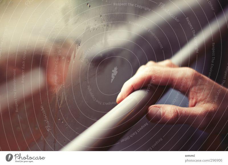 nächster halt Haut Hand Finger Fenster Öffentlicher Personennahverkehr Bahnfahren Schwebebahn Glas Linie festhalten authentisch kalt beschlagen Fensterscheibe