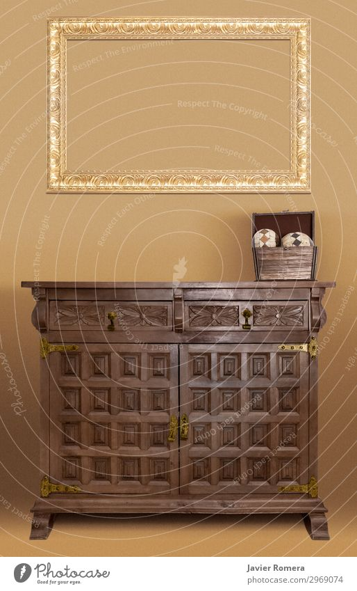 Leerer goldener Rahmen auf einem Eichenbuffetmöbel Büffet Brunch elegant Stil Design Dekoration & Verzierung Möbel Tisch Holz alt retro Sauberkeit braun Farbe