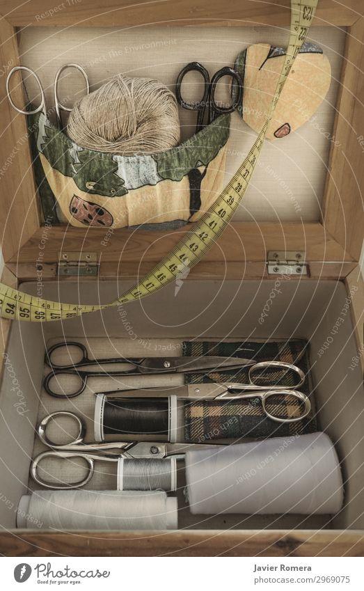 Altes Nähset mit Schere und Spule Design schön Freizeit & Hobby stricken Arbeit & Erwerbstätigkeit Handwerk Werkzeug Maßband Bekleidung Stoff Accessoire Holz