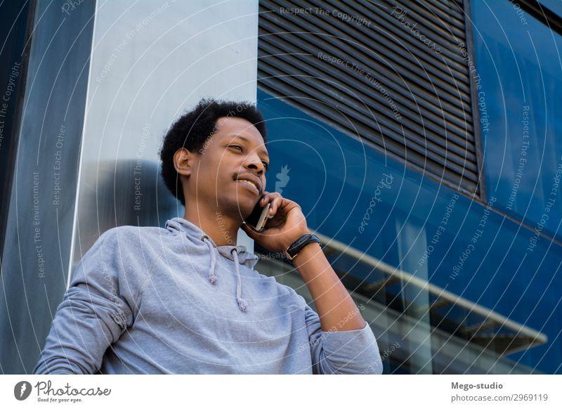 Junger Lateinamerikaner, der draußen mit dem Handy telefoniert. Lifestyle Stil Glück Gesicht Business sprechen Telefon PDA Technik & Technologie Mensch Mann
