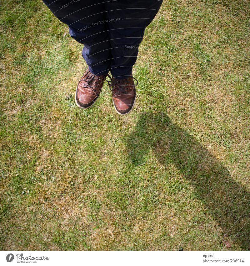 Schwebetrick Beine Fuß 1 Mensch Erde Gras Wiese fliegen springen Leichtigkeit Freude Zaubertrick Illusion Trick lustig Farbfoto Außenaufnahme Tag