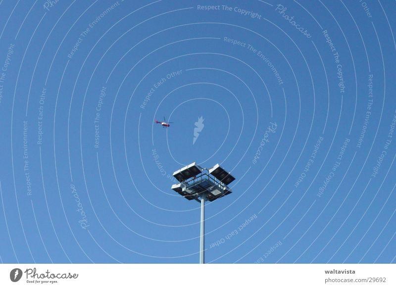 helikopter und laterne Himmel blau Luftverkehr Laterne Straßenbeleuchtung Hubschrauber