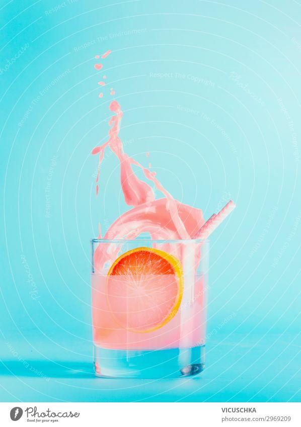 Sommer Getränks im Glas auf blauem Hintergrund Lebensmittel Frucht Trinkwasser Limonade Saft Longdrink Cocktail Stil Design Gesunde Ernährung Bar Cocktailbar