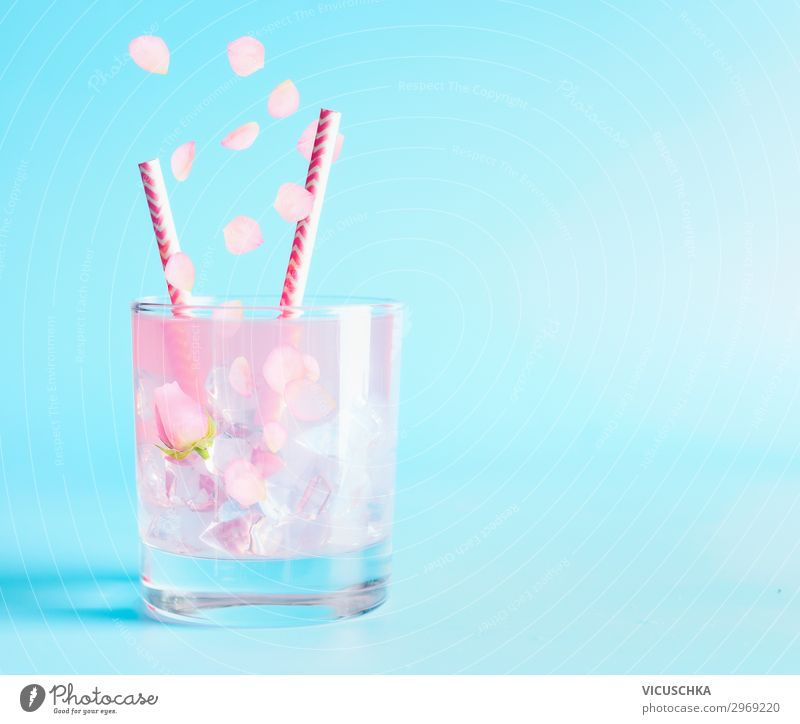 Sommer Getränk mit Rosenblättern und Blumen. Erfrischungsgetränk Limonade Longdrink Cocktail Glas Stil Design Tisch Party Restaurant Bar Cocktailbar rosa