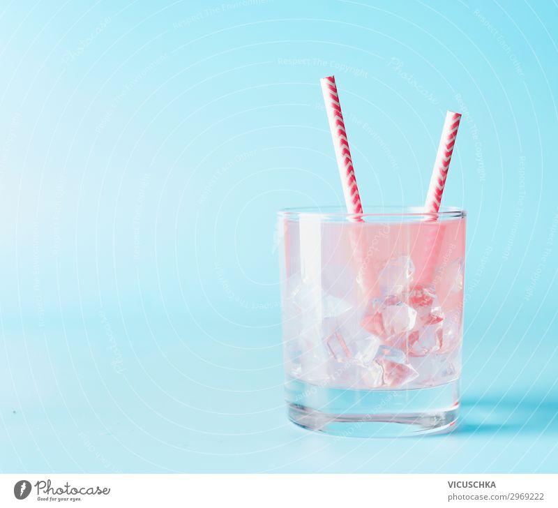 Rosa Erfrischungsgetränk im Glas mit Eiswürfel Getränk Trinkwasser Limonade Saft Longdrink Cocktail Stil Design Sommer Coolness rosa Hintergrundbild Gin