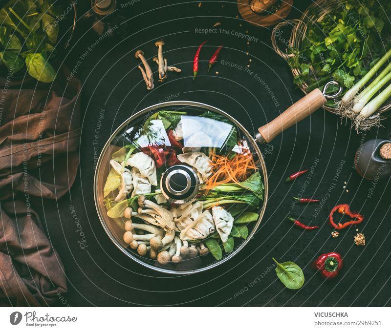 Wok mit asiatischen Eintopf mit Gemüse und Dumpling Lebensmittel Suppe Ernährung Mittagessen Abendessen Bioprodukte Vegetarische Ernährung Diät Asiatische Küche