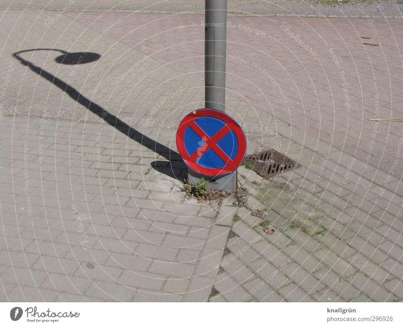 Keine Schattenparker! blau Stadt rot grau dreckig Verkehr Ordnung Schilder & Markierungen Platz Perspektive Kommunizieren Hinweisschild Sicherheit rund