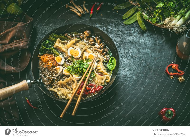 Wok Pfanne mit koreanischem Eintopf und Essstäbchen Lebensmittel Gemüse Ernährung Mittagessen Bioprodukte Vegetarische Ernährung Diät Asiatische Küche Stil
