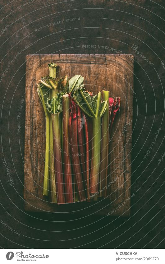 Rhabarber Bündel auf Schneidebrett Lebensmittel Gemüse Frucht Ernährung Bioprodukte Vegetarische Ernährung Stil Design Gesundheit Gesunde Ernährung Tisch Natur