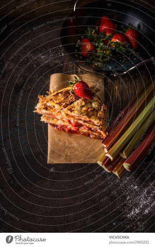 Erdbeer-Rhabarber-Kuchen Lebensmittel Frucht Ernährung Bioprodukte Stil Design Sommer Erdbeeren Zutaten dunkel Stillleben Küchentisch Foodfotografie Bake Saison