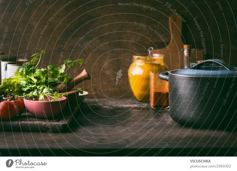 Gusseisen Kochtopf mit frischen Zutaten Lebensmittel Suppe Eintopf Kräuter & Gewürze Öl Ernährung Bioprodukte Vegetarische Ernährung Diät Geschirr