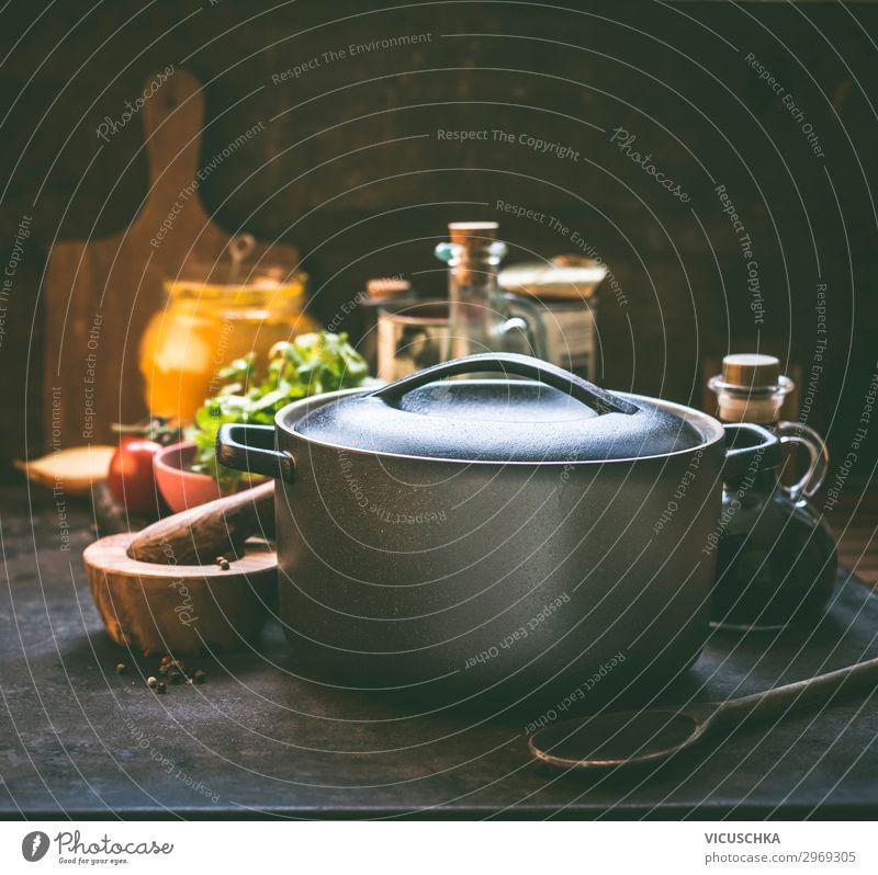 Gusseisen Topf auf dem Küchentisch Lebensmittel Kräuter & Gewürze Öl Ernährung Geschirr Löffel Stil Design Häusliches Leben Restaurant Kochlöffel