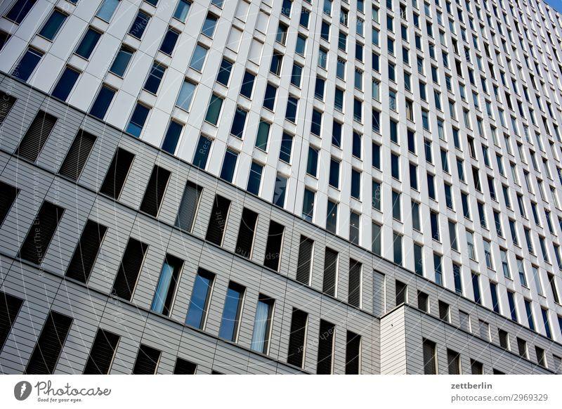 Charité Architektur Berlin Großstadt Fassade Fenster Fensterfront Froschperspektive Gebäude Hauptstadt Haus himmel Hochhaus Stadtzentrum Krankenhaus