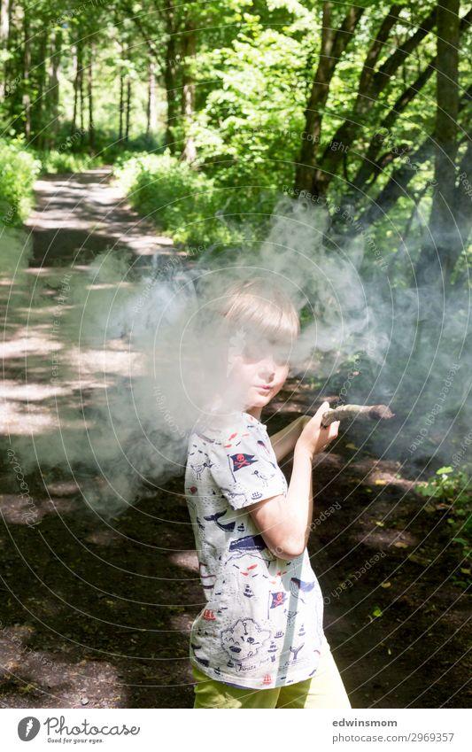 Zauberei Freizeit & Hobby Spielen Sommer Kind Kindheit 1 Mensch 3-8 Jahre Wald T-Shirt Stock Rauch Holz gebrauchen festhalten kämpfen stehen natürlich
