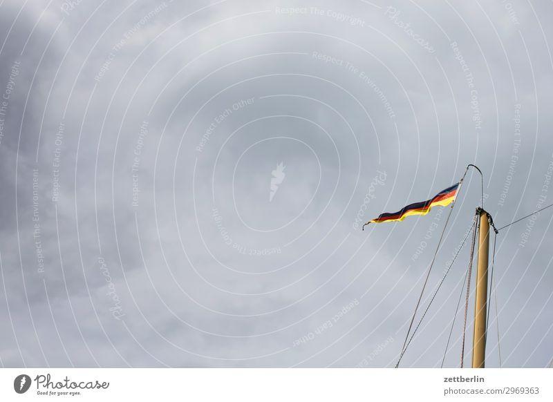 Flatternde Fahne Ferien & Urlaub & Reisen Insel Küste Mecklenburg-Vorpommern Meer mönchgut Ostsee Ostseeinsel Reisefotografie Rügen Tourismus Segeln Rah Mast