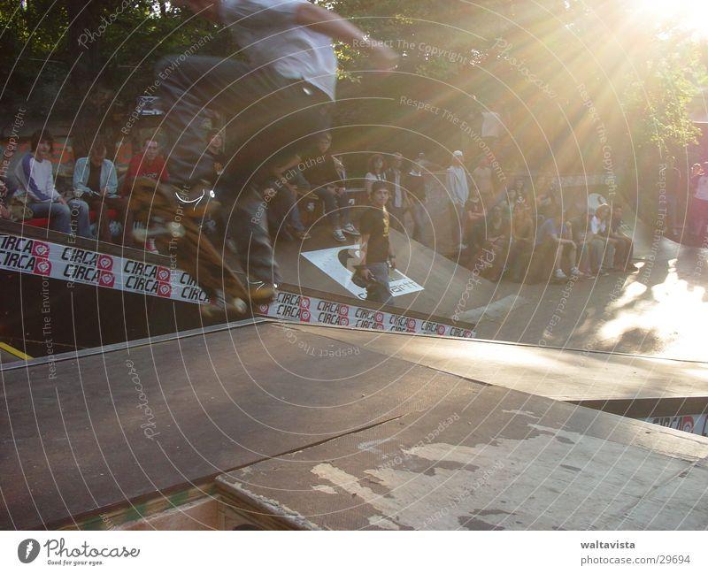 flieg weiter ! Mensch Mann Sonne Sport fliegen Skateboarding Parkdeck Extremsport