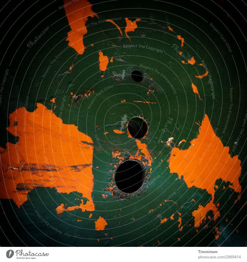 Landkarte mit drei Polen Fahrzeug Nutzfahrzeug Metall alt außergewöhnlich trashig grün orange schwarz Loch Farbfoto Außenaufnahme Menschenleer Tag