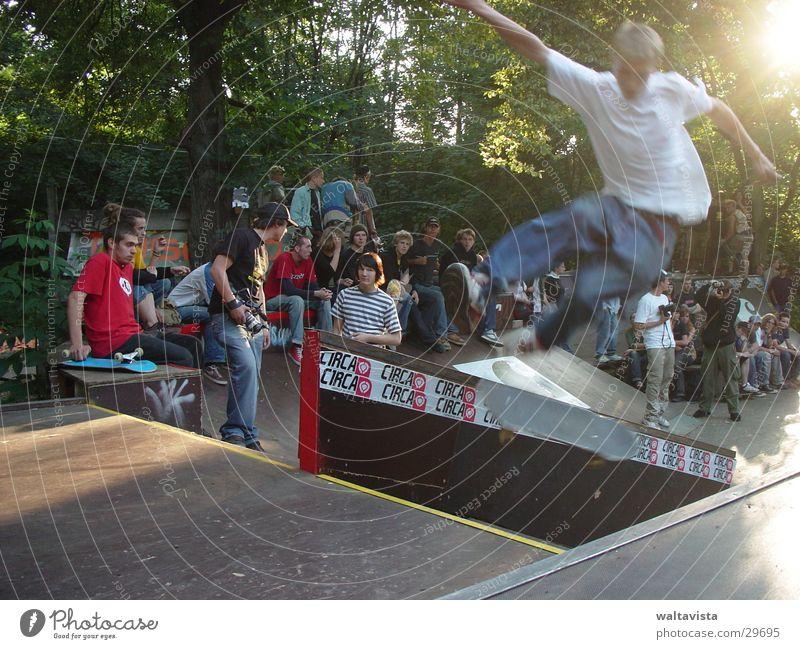 flieg! dunkel Licht Publikum Rampe Halfpipe Extremsport Skateboarding Sonne Sport