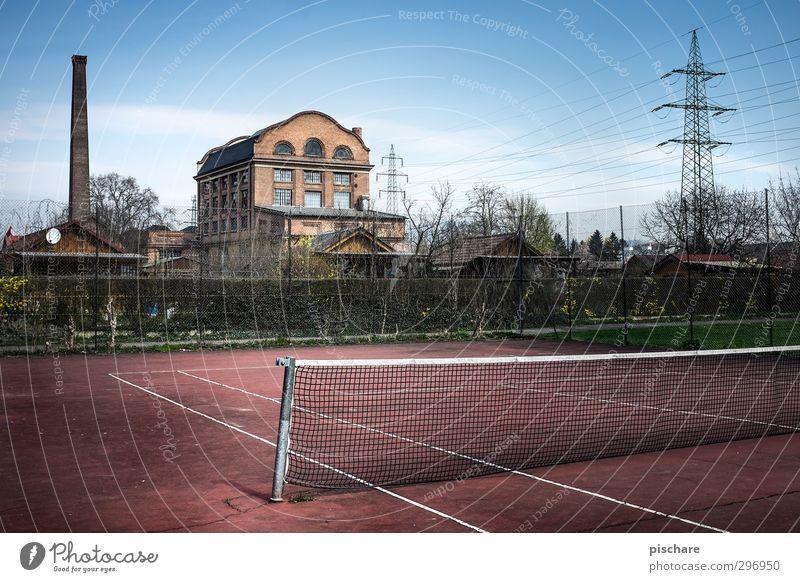 wiedermal schön Tennis spielen... Stadt dunkel Sport Freizeit & Hobby Lifestyle trist Fabrik Bauwerk Schornstein Hochspannungsleitung Industrieanlage