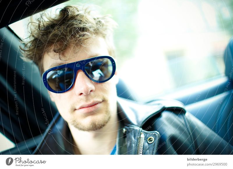 berlin-style 14 Mensch Jugendliche Junger Mann Gesicht Lifestyle Umwelt Mode maskulin Coolness Hauptstadt T-Shirt Sonnenbrille Künstler Autofahren Bekanntheit