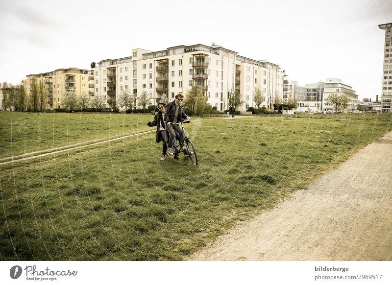 berlin-style 11 Lifestyle Leben Freizeit & Hobby Fahrradfahren Student maskulin Freundschaft Paar Partner 2 Mensch Umwelt Mode Sonnenbrille Hut Coolness Kraft