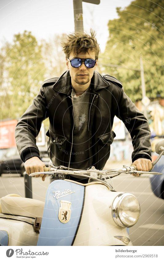 berlin-style 10 Lifestyle Leben Junger Mann Jugendliche Mensch Klimawandel Hauptstadt Verkehr Kleinmotorrad Mode Sonnenbrille Coolness Gefühle Kraft Brille