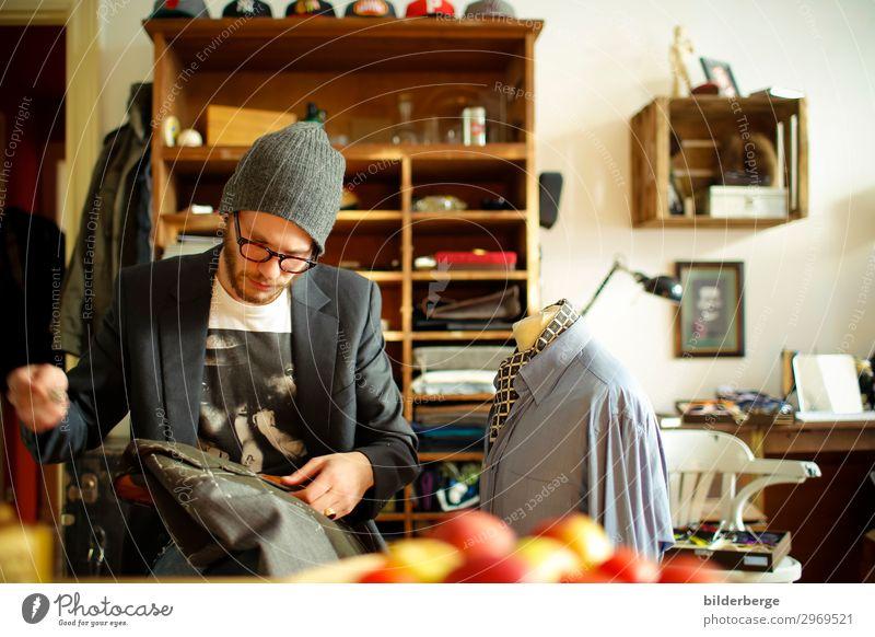 berlin-style 9 Freizeit & Hobby Häusliches Leben Wohnung Schneider Handwerk maskulin Junger Mann Jugendliche Mode T-Shirt Anzug Ring Brille Mütze
