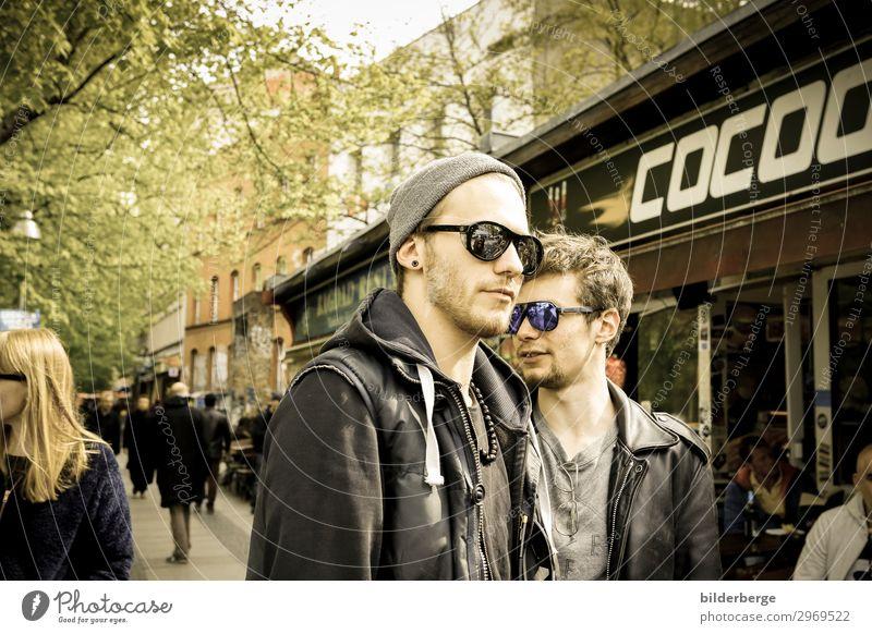 berlin-style 18 Lifestyle Leben Geschwister Freundschaft 2 Mensch Jugendkultur Hauptstadt Mode Sonnenbrille Mütze Coolness Kraft Brille Brillengestell Berlin