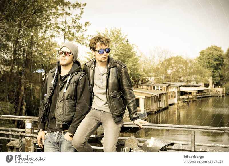 berlin-style 5 Lifestyle Stil Leben maskulin Mann Erwachsene Geschwister Freundschaft 2 Mensch Musiker Mode Jeanshose Sonnenbrille Mütze Coolness Kraft Brille