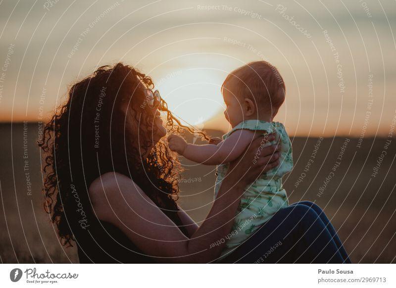 Mutter und Tochter bei Sonnenuntergang Lifestyle Mensch feminin Kind Baby Kleinkind Mädchen Erwachsene 2 0-12 Monate 18-30 Jahre Jugendliche Locken berühren