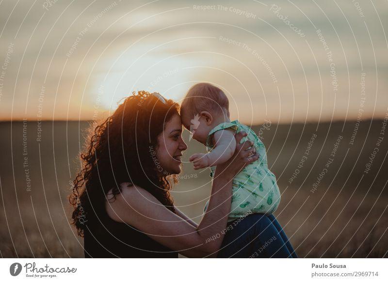 Mutter und Tochter bei Sonnenuntergang Mutterschaft Familie & Verwandtschaft Zusammensein Zusammengehörigkeitsgefühl Kind Glück Lifestyle Fröhlichkeit Liebe