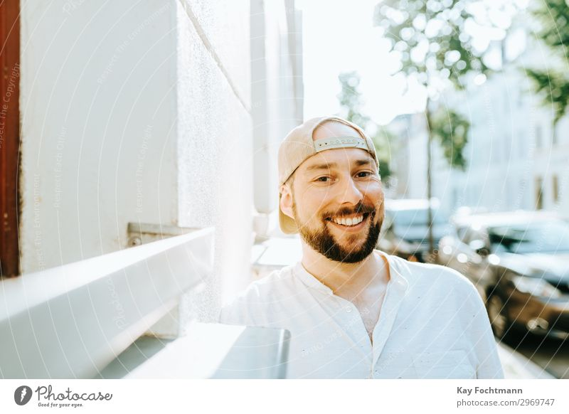 lachender Mann mit Basecap und Bart Mensch Sommer Erholung Freude Gesundheit Lifestyle Erwachsene Leben Glück Stil Zufriedenheit frei Lächeln Fröhlichkeit
