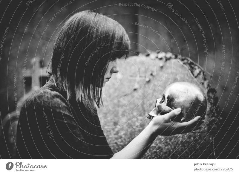 Alas, poor Yorick! I knew him, Horatio feminin Frau Erwachsene 1 Mensch 18-30 Jahre Jugendliche Friedhof bedrohlich Coolness dunkel gruselig retro trashig