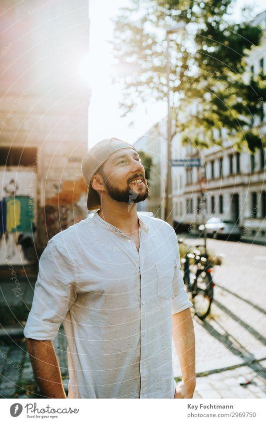 Mann, der im Sommer auf der Straße steht attraktiv Baseball Vollbart bärtig Verschlussdeckel lässig Kaukasier heiter Stadtleben selbstbewusst cool Emotion
