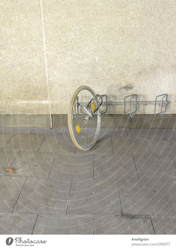 Einrad fahren Stadt Wand Gefühle Mauer grau Stimmung Fassade Fahrrad Freizeit & Hobby stehen kaputt Sicherheit rund einzigartig festhalten Fahrradfahren