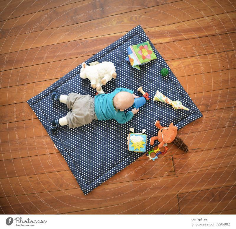 full entertainment Mensch Spielen Junge Raum Wohnung Freizeit & Hobby Baby Lifestyle Häusliches Leben Liege Spielzeug Kleinkind Schaf Spielplatz Fuchs Stofftiere
