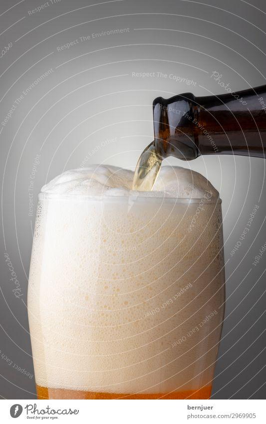 Weißbier Lebensmittel trinken Alkohol Bier Flasche Glas Bar Cocktailbar Flüssigkeit frisch kalt gelb weiß Tradition Weizenbier Gießen bayerisch einschenken