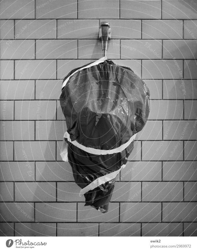 Ernstes Problem Mauer Wand Toilette Pissoir geschlossen Abdeckung kaputt Reparatur Klebeband Kunststoff Überraschung Todesangst Verzweiflung Nervosität