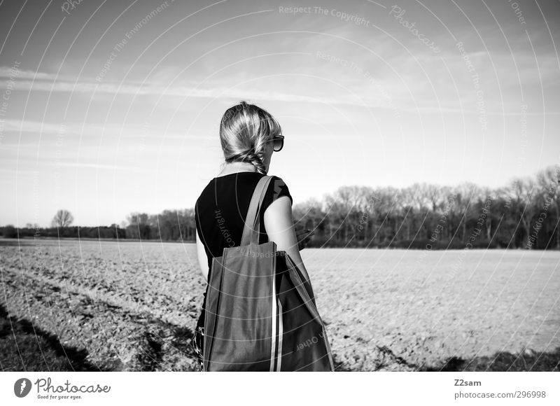Gute Aussichten Lifestyle Stil feminin Junge Frau Jugendliche 1 Mensch 18-30 Jahre Erwachsene Natur Landschaft Himmel Feld T-Shirt Accessoire Tasche